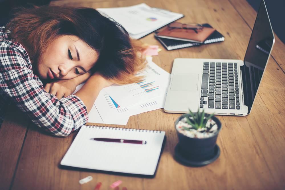 Schlafende Frau vorm Laptop