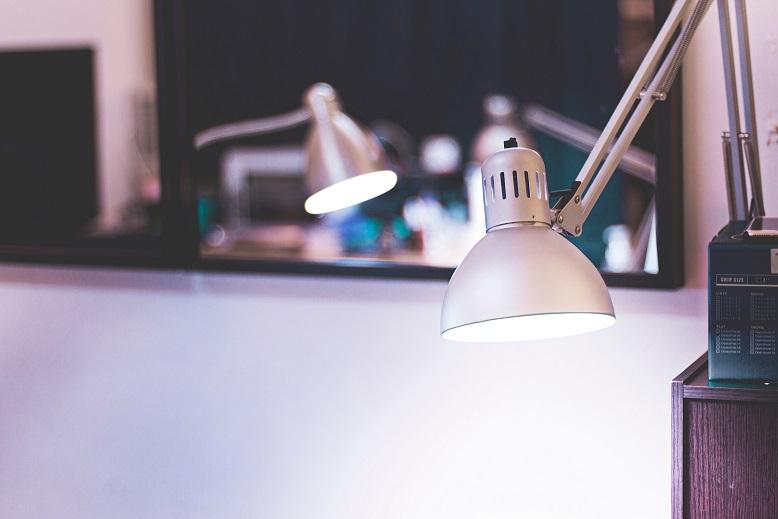 individuell einstellbare Schreibtischlampe