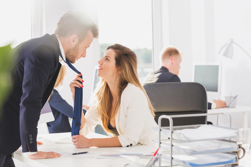 Frau zieht Mann an Krawatte, Büroliebe